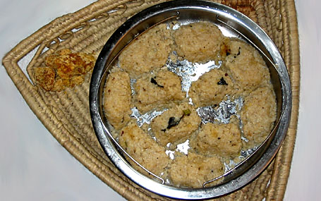 Pudikozhakattai (steamed cracked rice dumplings)