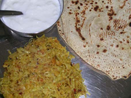 Cabbage curry with chapati and yogurt on the side